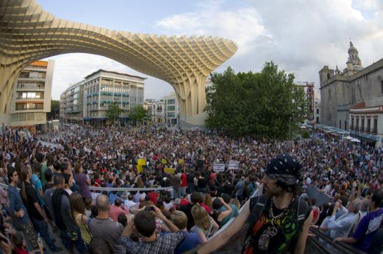 concentración del movimiento 15M en la Plaza de la Encarnación, Sevilla. Foto Flick: Ale Arillo